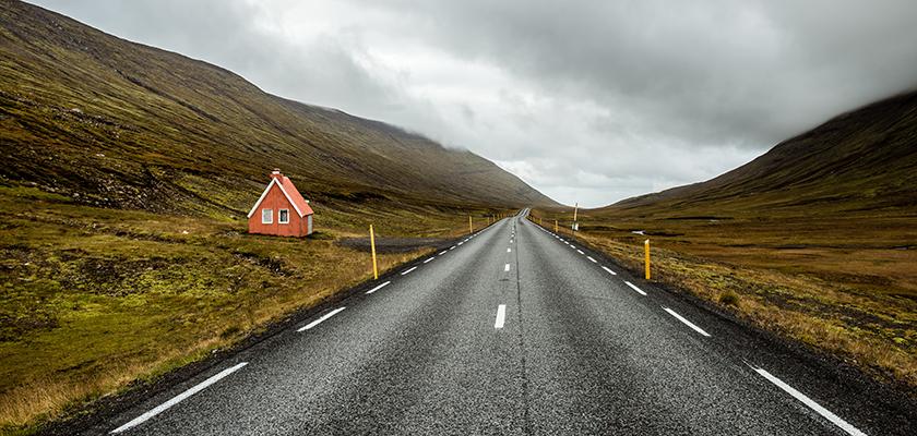 Lege weg tussen 2 bergen in IJsland